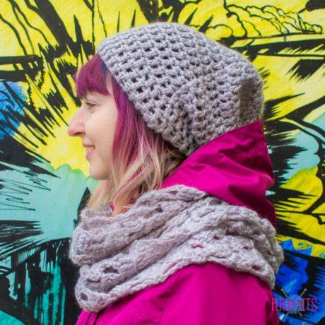 Серый вязаный комплект шапка и шарф-снуд ручной работы Кристалл