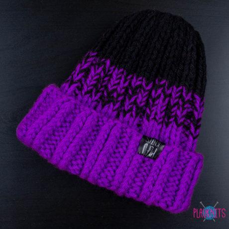Фиолетово-чёрная толстая вязаная шапка ручной работы