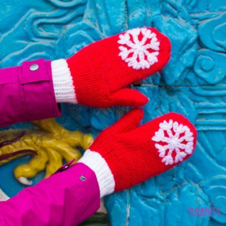 Красные вязаные варежки Снежинка