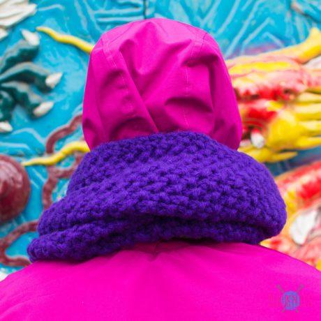 Фиолетово-зелёный вязаный шарф-снуд в два оборота ручной работы Аллотропия