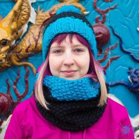 Чёрно-синий вязаный комплект шапка и шарф-снуд ручной работы Чёткость линий