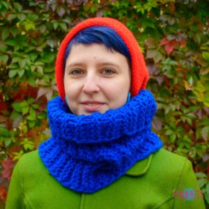 Сине-красный вязаный комплект шарф-снуд и шапка ручной работы
