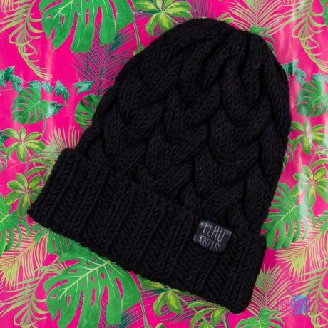 Черная вязаная шапка с косами ручной работы