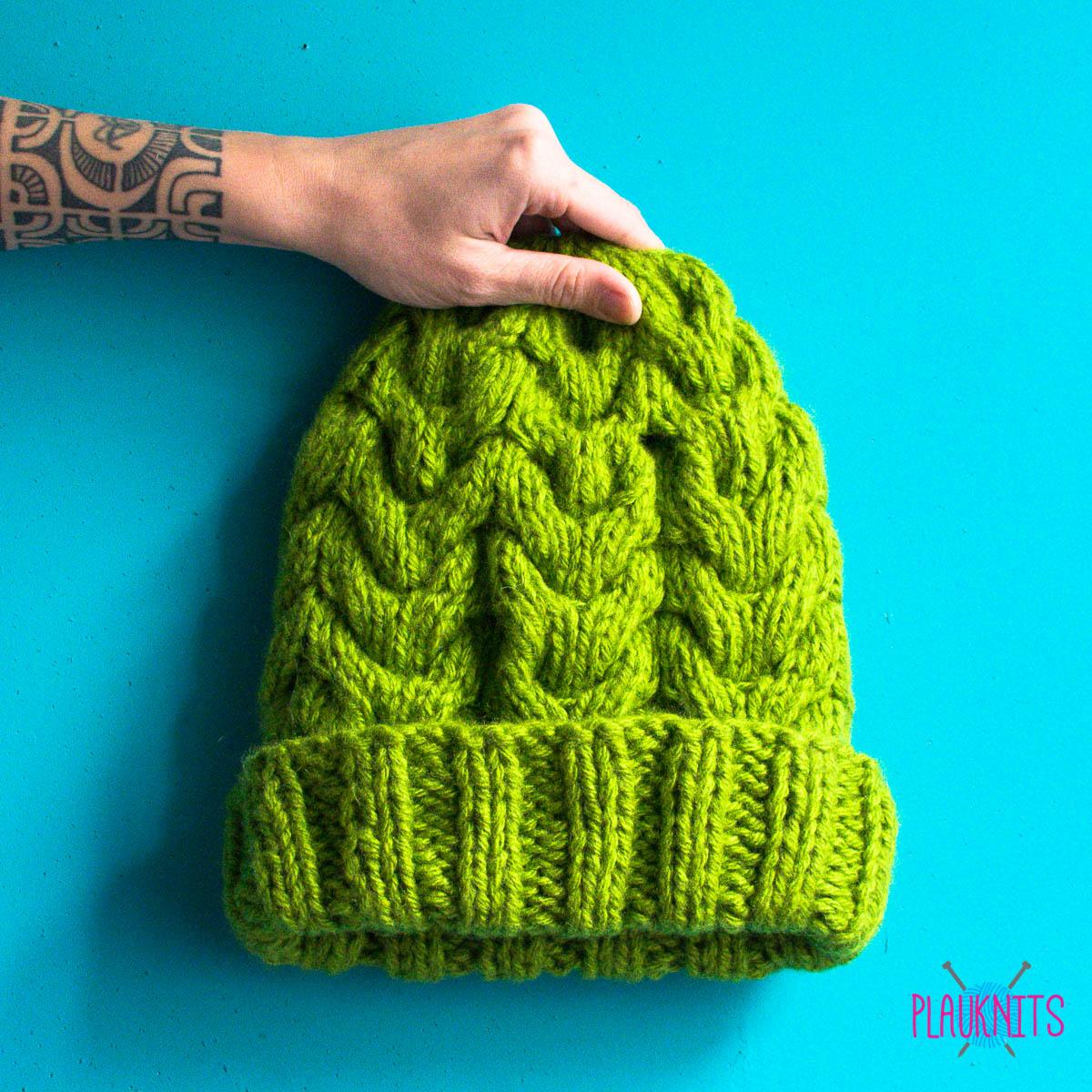 зелёная вязаная шапка ручной работы с косами Plauknits