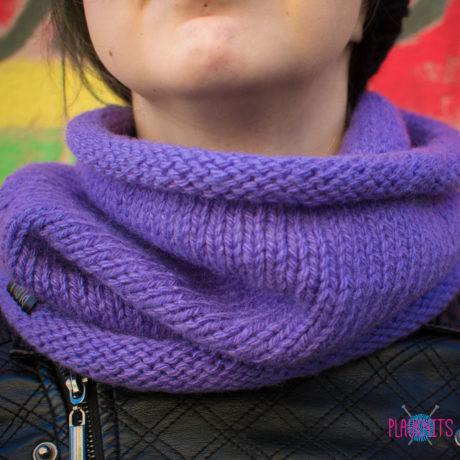 Сиреневый вязаный шарф-снуд ручной работы Чёткость линий