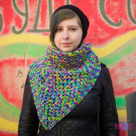 Треугольный разноцветный вязаный шарф ручной работы