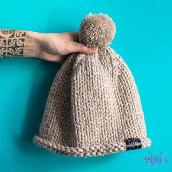 Бежевая вязаная шапка ручной работы с помпоном