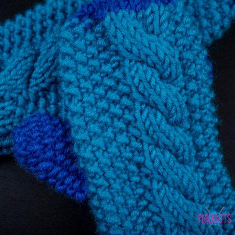 Синие вязаные варежки с косами ручной работы