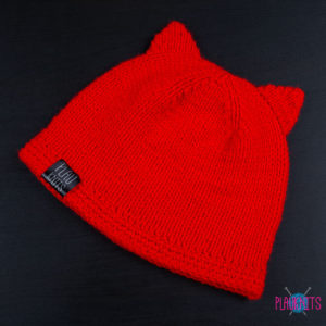 Красная вязаная шапка с ушками ручной работы