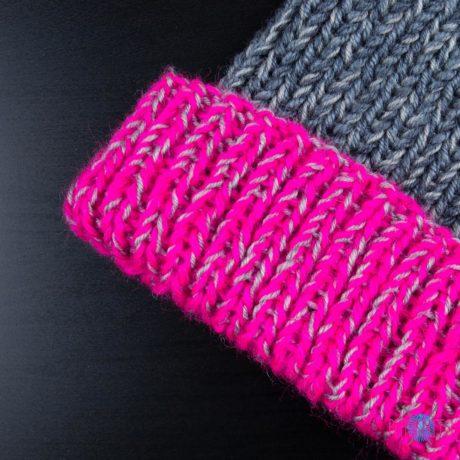 Серо-малиновая меланжевая вязаная шапка ручной работы Симпл
