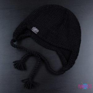 Чёрная вязаная шапка ручной работы Ушанка