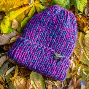 Фиолетово-малиновая вязаная шапка с подворотом ручной работы Симпл