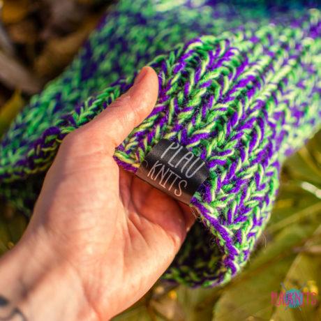 Фиолетово-зеленая вязаная шапка с подворотом ручной работы Симпл