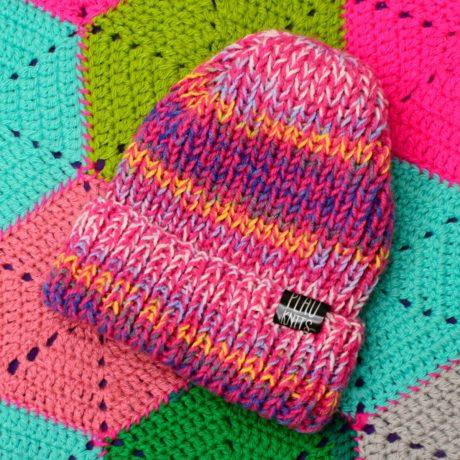 Розово-разноцветная вязаная шапка с подворотом Симпл