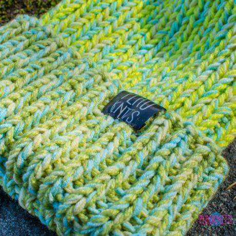 Салатово-голубая шапка с подворотом ручной работы Симпл