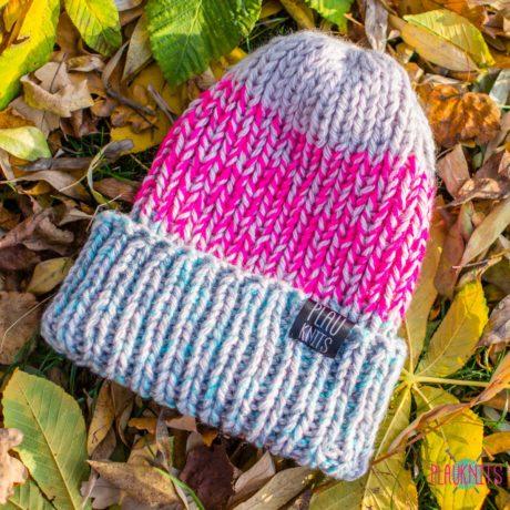 Серо-малиново-бирюзовая вязаная шапка с подворотом Симпл