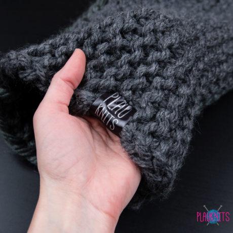 Тёмно-серая толстая вязаная шапка с подворотом ручной работы