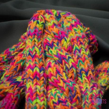 Разноцветные удлинённые вязаные варежки с косами