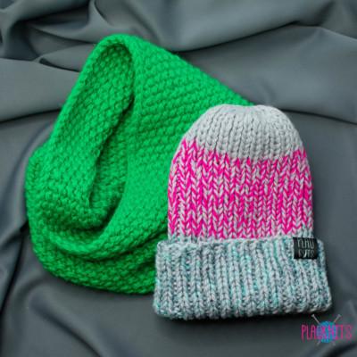 Зелёно-серо-розовый вязаный комплект шапка и снуд